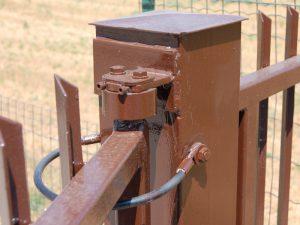 Sicurezza operativa dei cancelli - cavetto anticaduta corretto