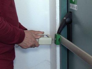 Manutenzione delle porte su vie di esodo - forza sgancio maniglione tagliafuoco