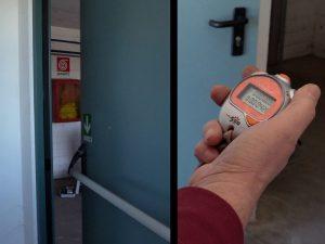 Manutenzione delle porte su vie di esodo - misura del tempo di chiusura