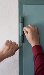 Manutenzione delle porte su vie di esodo - regolazione cerniera